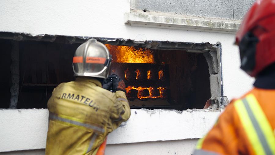 Les sapeurs-pompiers en exercice lors d'incendies expérimentaux