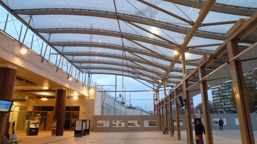 How does the ETFE cushion canopy over Rosa Parks commuter rail station stand up to heavy rain?